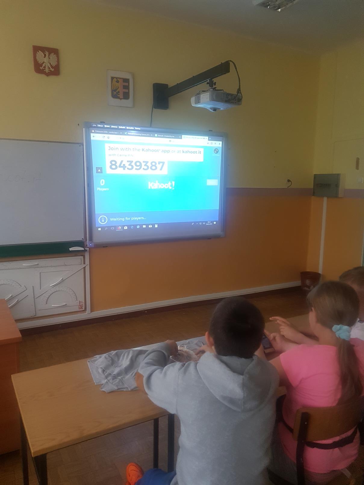 lekcje polskiego17 - Kahoot na lekcji języka polskiego. Telefon na lekcji? TAK! FILM